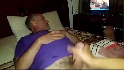 maduro hetero se deja masturbar por un gay